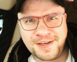 Гарик Харламов работает в необычной позе: снимок шоумена поднял настроение поклонникам