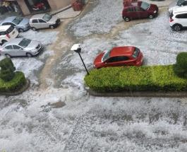 Погодная аномалия в Дели: жители индийской столицы восхищаются снегом и градом
