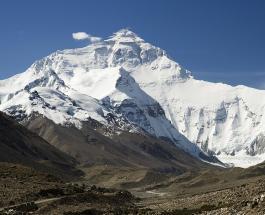 Экологическая катастрофа: вершина горы Эверест превращается в мусорную свалку