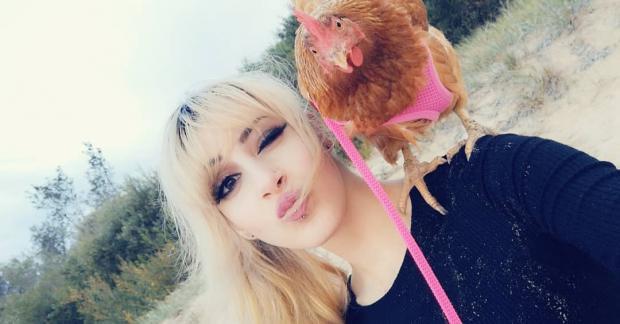 Необычный питомец: австралийка гуляет по улицам с курицей на поводке