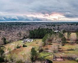 Дом выстоявший после торнадо в США: яркие фото с высоты птичьего полета