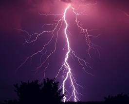 Молния 11 раз подряд поразила одно и то же место: видео удивительного зрелища