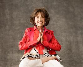 Удивительная женщина которой 100 лет занимается йогой и латинскими танцами