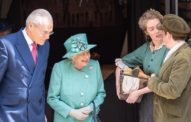 Возраст непомеха: 93-летняя ЕлизаветаII прогулялась помагазину встолице Англии