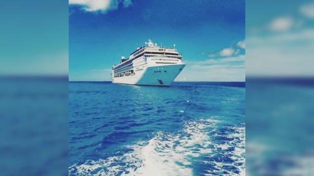 В Венеции круизный лайнер врезался в корабль с туристами (видео)