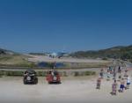 Boeing 737 поднял песчаную бурю на пляже в Греции: экстремалы сняли происходящее на видео