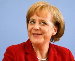 Почему Ангела Меркель не встала с кресла во время исполнения гимна