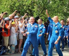"""С космодрома Байконур успешно стартовал корабль """"Союз МС-13"""" с тремя космонавтами на борту"""