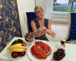 Анастасия Волочкова показала фирменную растяжку возле пальмы в Греции