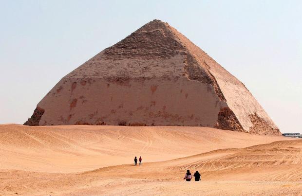 ВЕгипте для туристов открыли необычную «ломаную» пирамиду
