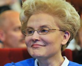 Елена Малышева примерила сразу два фасона халатов предложив выбрать лучший вариант