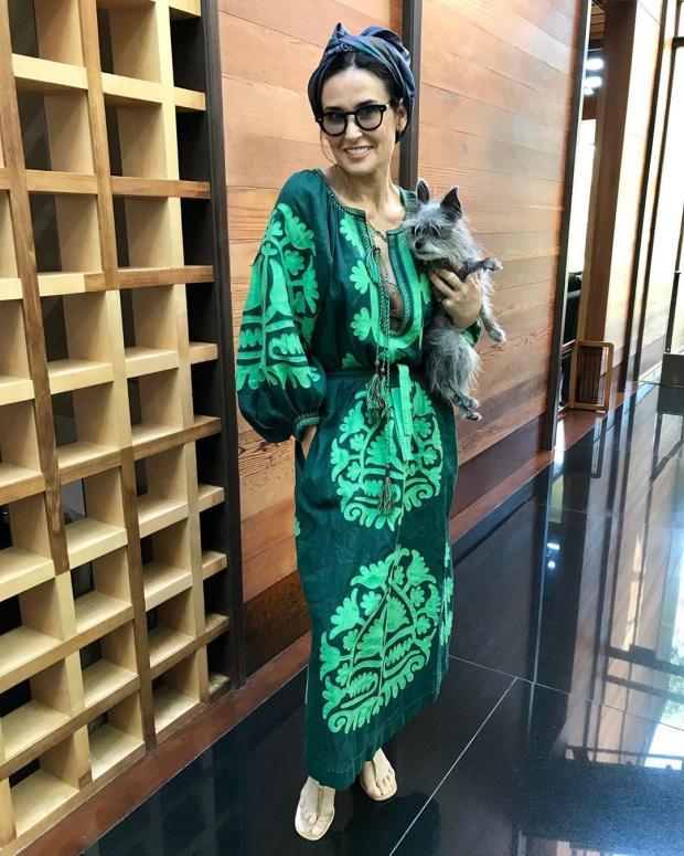 Деми Мур с собачкой на руках похвасталась модным look'ом в платье-вышиванке
