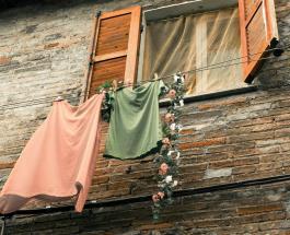 Старую одежду запретят выбрасывать в Латвии: новые требования в рамках защиты экологии