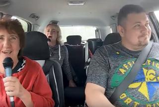 Украинский таксист берет плату с пассажиров песнями в караоке