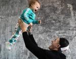 Счастливый отец играет с ребенком