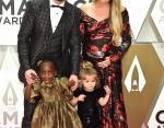 Томас Ретт с беременной женой и детьми