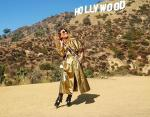 Жанна Бадоева отлично сливается с фоном Голливуда