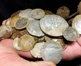 В поисках утерянного обручального кольца британец нашел клад стоимостью 130 000 долларов