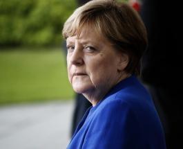 Ангела Меркель споткнулась и упала перед выходом на трибуну в Берлине