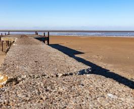 Азовское море в районе Мариуполя напоминает пустыню: ветер стал причиной уникального явления