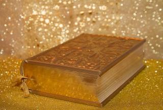Самую большую в мире рукописную Библию за 153 дня создала семья из ОАЭ