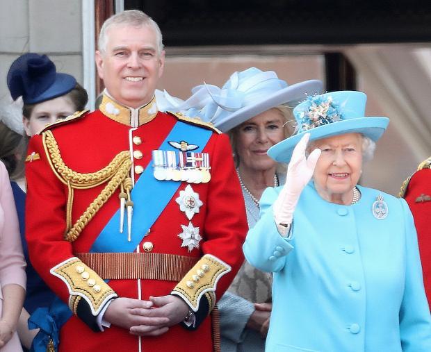 Принц Эндрю ушел в отставку: сын королевы не хочет вредить семье из-за истории с Эпштейном