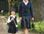 Принцесса Масако ведет дочь Айко в школу