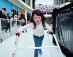 Маленькая девочка уверенно передвигается по льду