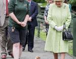 Елизавета II во время посещения городской фермы Горги в Эдинбурге