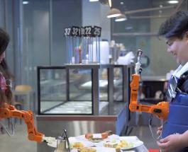 Робот-кормилец кладет еду в рот человека при одном условии – чтобы питаться нужно улыбаться