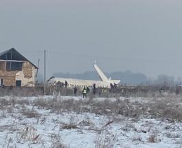 Авиакатастрофа в Казахстане: самолет с 95 пассажирами врезался в частный дом