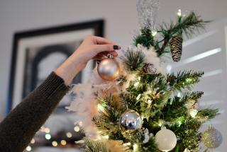 Новогодняя елка: 5 креативных способов украсить праздничное дерево