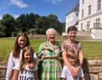 Четверо детей Мэри и Фредерика с бабушкой - королевой Дании
