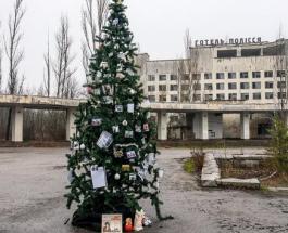 Уникальная новогодняя елка в Чернобыле: чем украсили дерево в центре Припяти