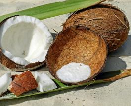 Открыть кокос сможет даже хрупкая девушка: простой, но эффективный способ