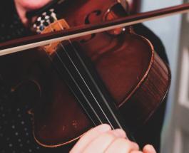 Женщина играла на скрипке во время операции по удалению опухоли мозга
