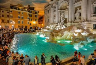 Вокруг знаменитого фонтана Треви в Италии установят забор от туристов