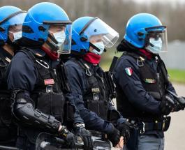 В Сицилии вооруженные полицейские охраняют супермаркеты от голодающих граждан