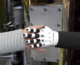 Роботы помогают врачам оказывать помощь пациентам с коронавирусом в Таиланде