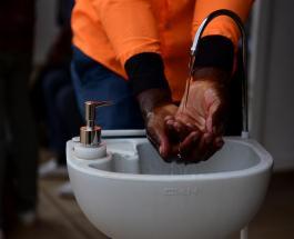 Руанда устанавливает на улицах столицы портативные раковины для борьбы с коронавирусом