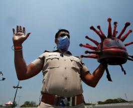 """Полицейский из Индии в """"коронавирусном шлеме"""" напоминает гражданам об опасности Covid-19"""