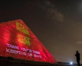 «Оставайтесь дома»: на египетской пирамиде появились светящиеся обращения к гражданам