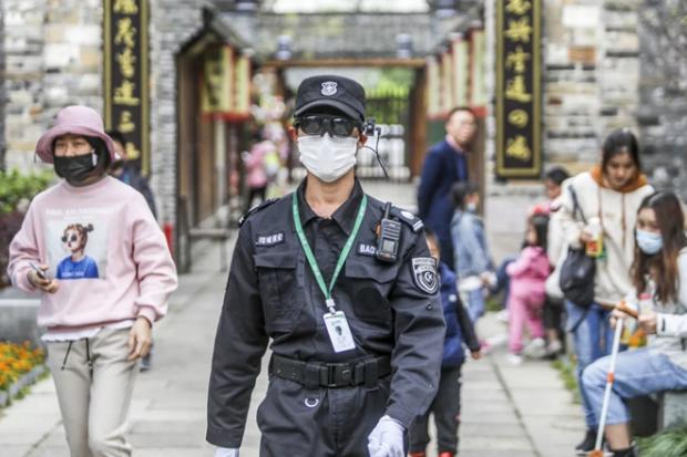 Китайских охранников снабжают очками с ИИ для распознавания зараженных коронавирусом