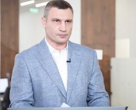 Виталий Кличко подстриг сам себя перед зеркалом сняв весь процесс на видео