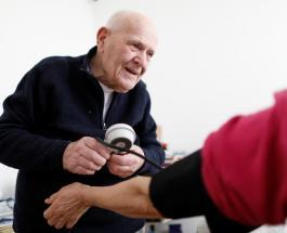 Герой нашего времени: 98-летний французский врач лечит пациентов во время пандемии коронавируса