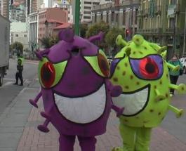 Полицейские в Боливии патрулируют улицы в костюме коронавируса: странные фото и видео