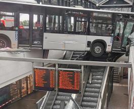 Пассажирский автобус въехал в здание железнодорожного вокзала в Германии