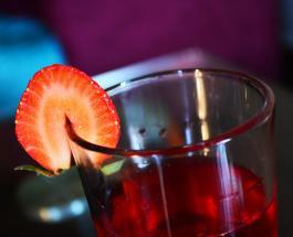 Клубничный сок из 4 ингредиентов: простой рецепт вкусного напитка