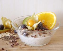 Полезный завтрак можно приготовить с вечера: рецепт вкусной овсяной каши с медом и фруктами