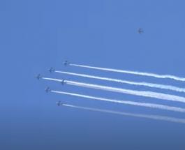 Японские летчики устроили для медиков яркое авиашоу в небе: видео